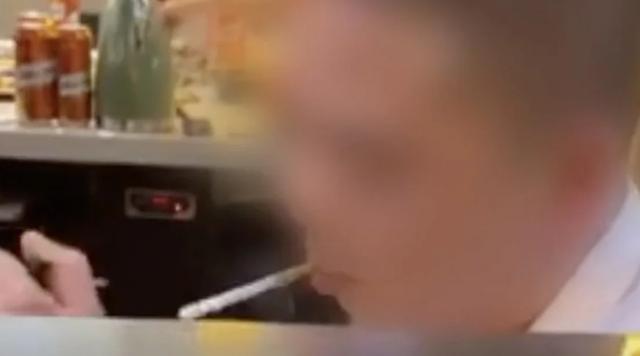 Đề nghị không hút thuốc, cô gái bị người đàn ông hất nước lẩu vào người - 1