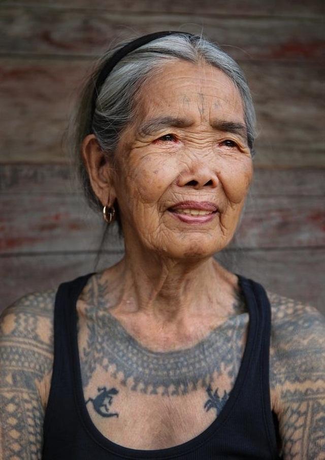 Cụ bà xăm hình thủ công già nhất thế giới ở Philippines - 1