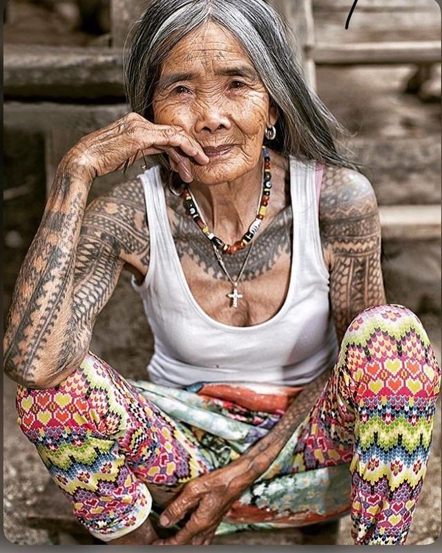 Cụ bà xăm hình thủ công già nhất thế giới ở Philippines - 2