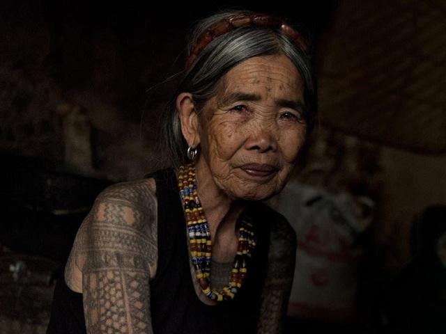 Cụ bà xăm hình thủ công già nhất thế giới ở Philippines - 4