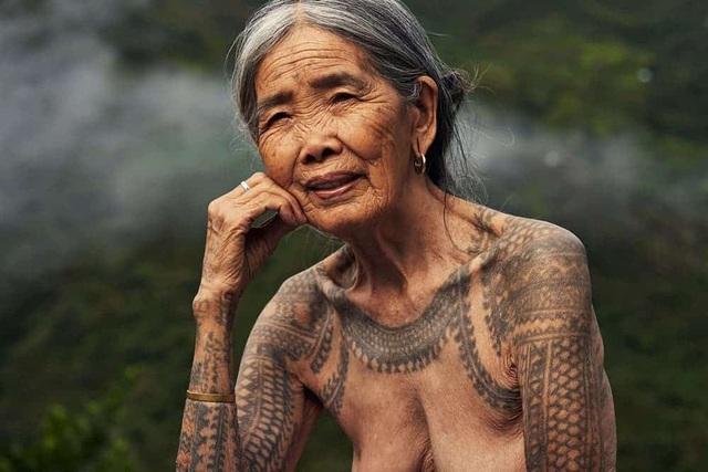 Cụ bà xăm hình thủ công già nhất thế giới ở Philippines - 7