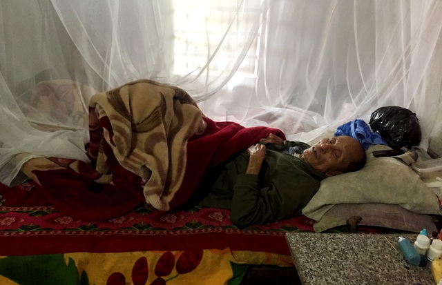 Xót xa cảnh 3 đứa trẻ mồ côi bên người mẹ gồng mình chăm ông nội nằm liệt - 4