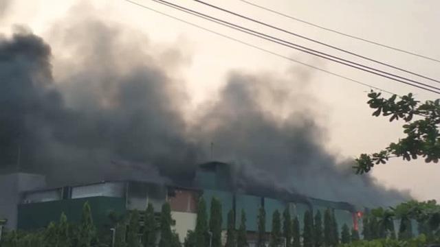 Hai siêu thị của quân đội Myanmar bất ngờ bốc cháy - 2