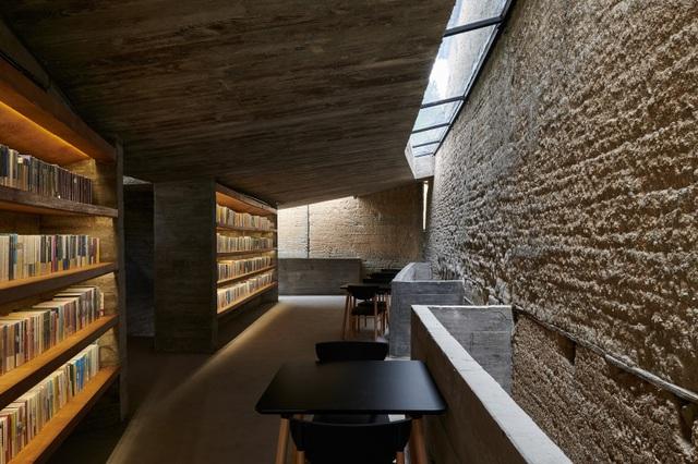 Quán cà phê kiêm hiệu sách, nằm giữa cánh đồng ở ngôi làng cổ 800 năm tuổi - 7