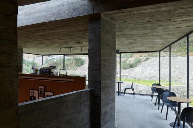 Quán cà phê kiêm hiệu sách, nằm giữa cánh đồng ở ngôi làng cổ 800 năm tuổi - 8