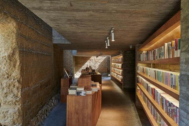 Quán cà phê kiêm hiệu sách, nằm giữa cánh đồng ở ngôi làng cổ 800 năm tuổi - 9