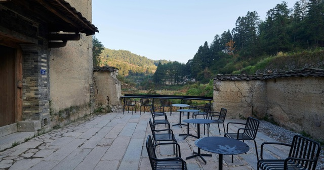 Quán cà phê kiêm hiệu sách, nằm giữa cánh đồng ở ngôi làng cổ 800 năm tuổi - 13