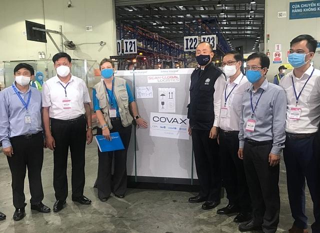 Hơn 800.000 liều vắc xin Covid-19 của COVAX về đến Việt Nam - 1