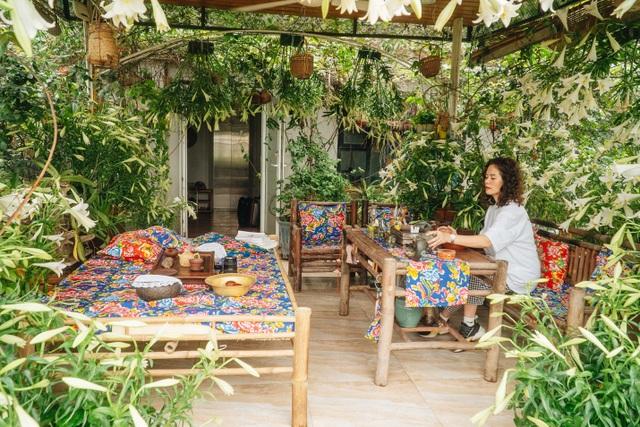 Vườn treo rộng 200m2 ngập sắc hoa loa kèn giữa lòng Hà Nội - 3