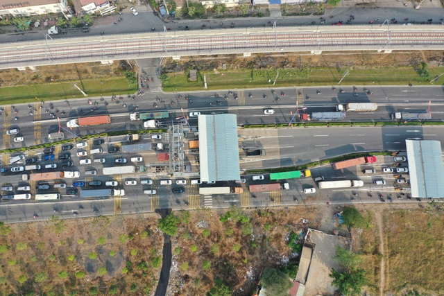 Xả trạm liên tục, giao thông vẫn tắc cứng tại trạm BOT xa lộ Hà Nội - 2