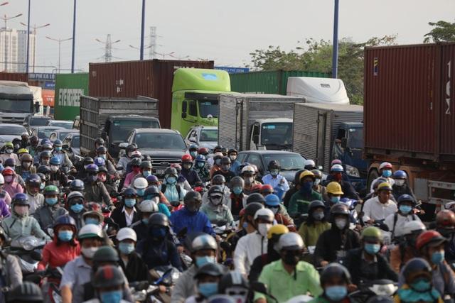 Xả trạm liên tục, giao thông vẫn tắc cứng tại trạm BOT xa lộ Hà Nội - 9