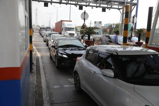 Xả trạm liên tục, giao thông vẫn tắc cứng tại trạm BOT xa lộ Hà Nội - 3