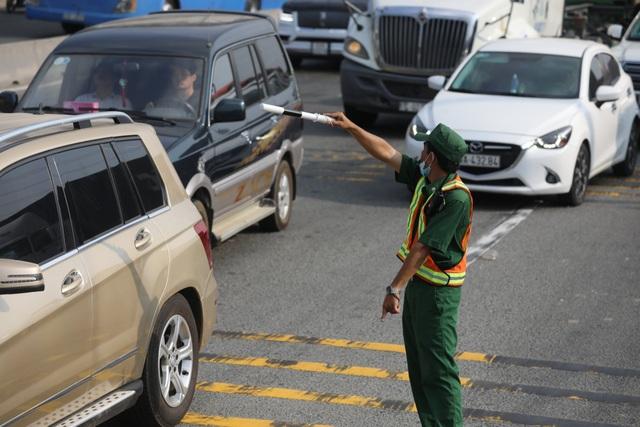 Xả trạm liên tục, giao thông vẫn tắc cứng tại trạm BOT xa lộ Hà Nội - 4