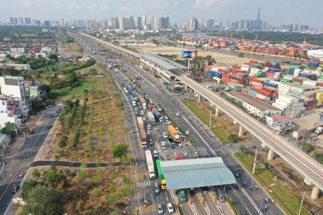 Xả trạm liên tục, giao thông vẫn tắc cứng tại trạm BOT xa lộ Hà Nội - 10