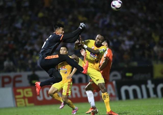 Hình ảnh cầu thủ V-League đá xấu tiếp tục lên báo nước ngoài - 1