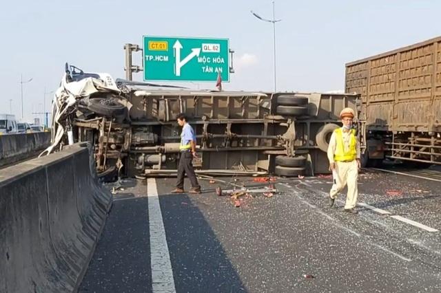 Xe khách tông xe tải lật ngang, dưa hấu lăn lóc trên cao tốc - 2