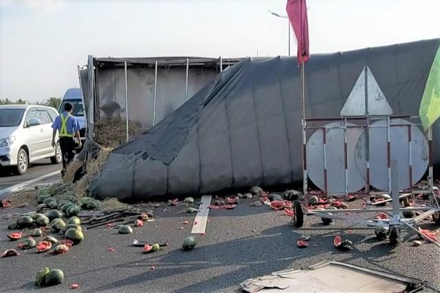 Xe khách tông xe tải lật ngang, dưa hấu lăn lóc trên cao tốc - 3