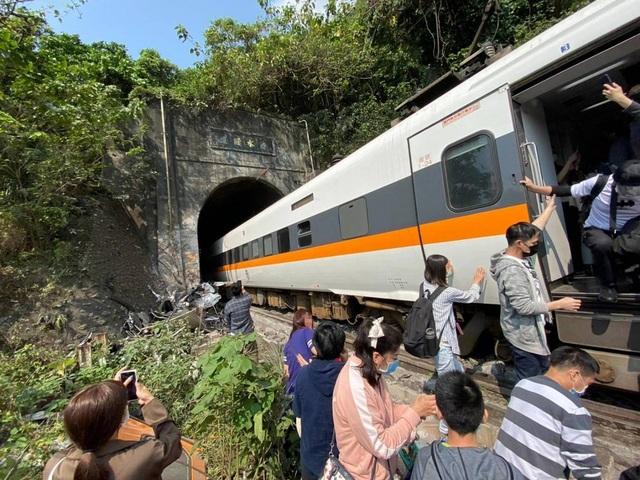 Tàu Đài Loan đụng xe tải, đâm vào vách hầm chui, ít nhất 36 người chết - 1