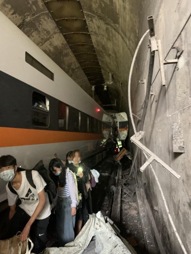 Tàu Đài Loan đụng xe tải, đâm vào vách hầm chui, ít nhất 36 người chết - 2