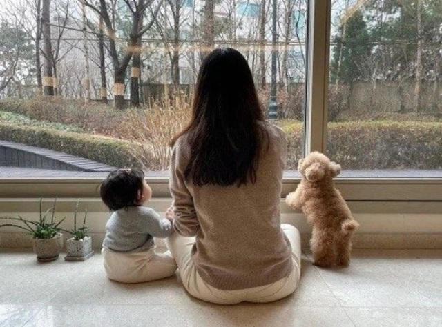 Hôn nhân viên mãn với chồng kém 9 tuổi khiến Choi Ji Woo ngày càng trẻ đẹp! - 11