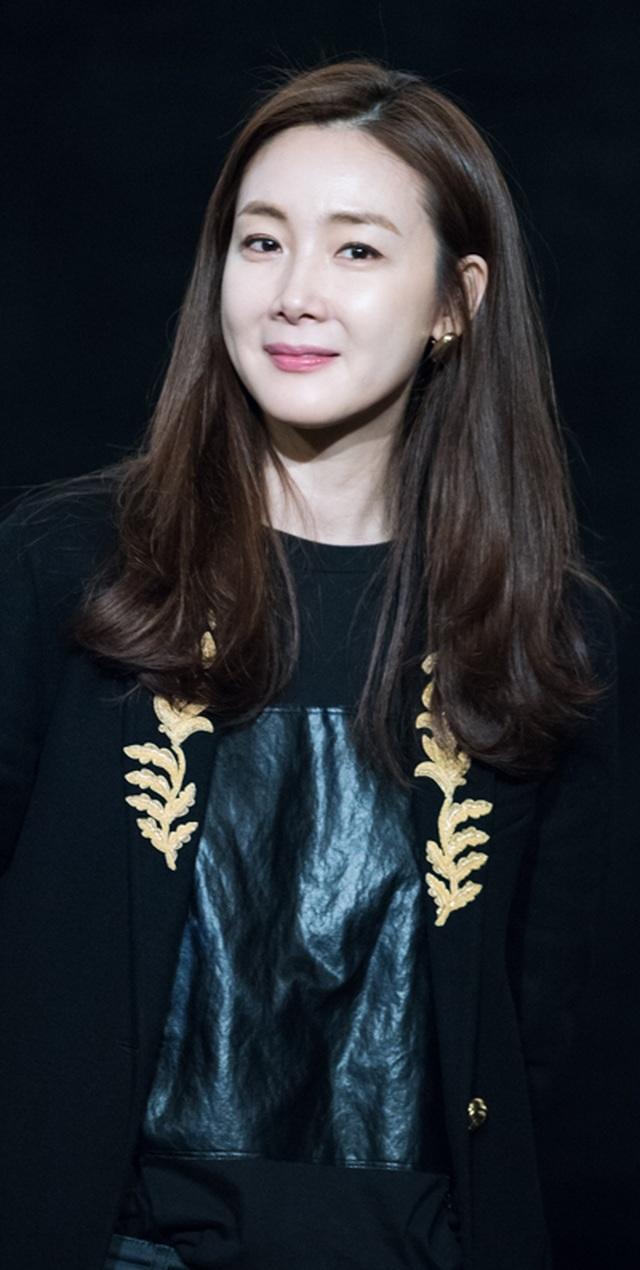 Hôn nhân viên mãn với chồng kém 9 tuổi khiến Choi Ji Woo ngày càng trẻ đẹp! - 9