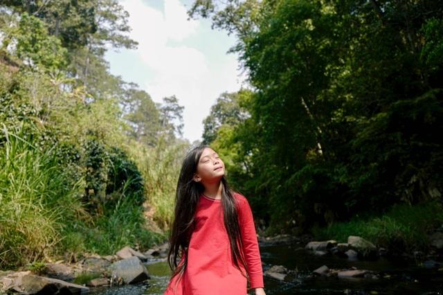 Con gái 7 tuổi của Đoan Trang gây bất ngờ khi hát nhạc Trịnh Công Sơn - 1