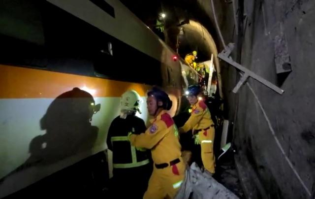 Hiện trường thảm họa đường sắt khiến 48 người chết ở Đài Loan - 11