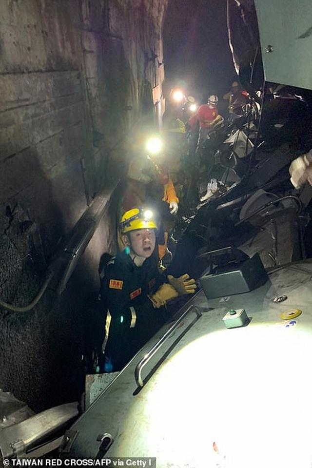 Hiện trường thảm họa đường sắt khiến 48 người chết ở Đài Loan - 8