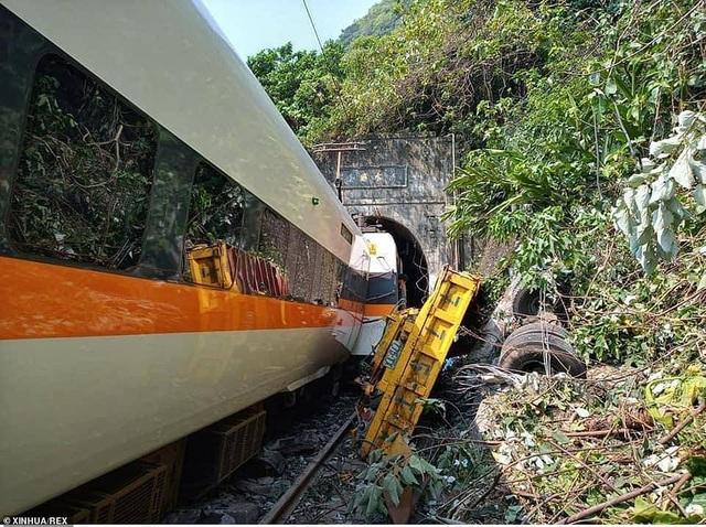 Hiện trường thảm họa đường sắt khiến 48 người chết ở Đài Loan - 14