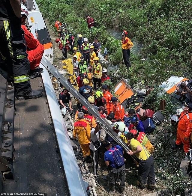 Hiện trường thảm họa đường sắt khiến 48 người chết ở Đài Loan - 9