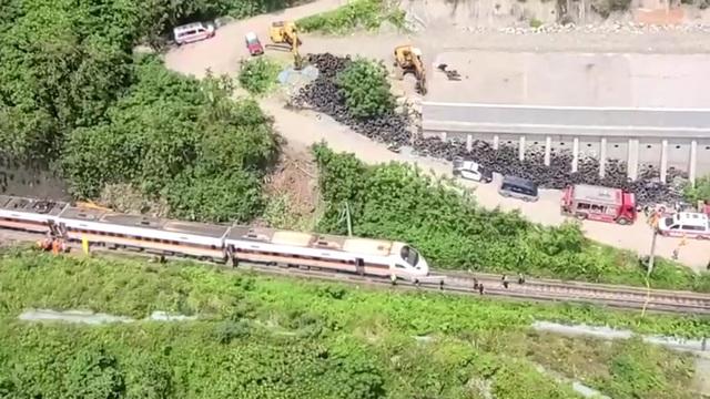 Hiện trường thảm họa đường sắt khiến 48 người chết ở Đài Loan - 6