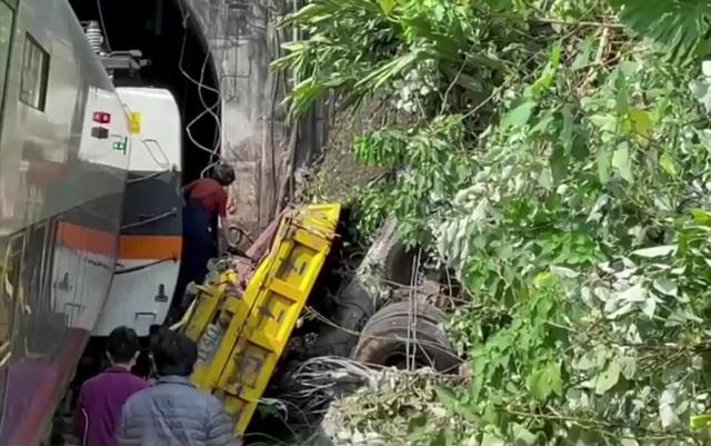 Hiện trường thảm họa đường sắt khiến 48 người chết ở Đài Loan - 12