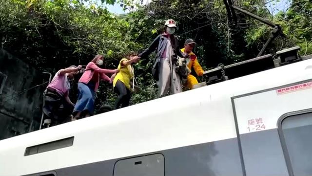 Hiện trường thảm họa đường sắt khiến 48 người chết ở Đài Loan - 5