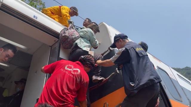 Hiện trường thảm họa đường sắt khiến 48 người chết ở Đài Loan - 4