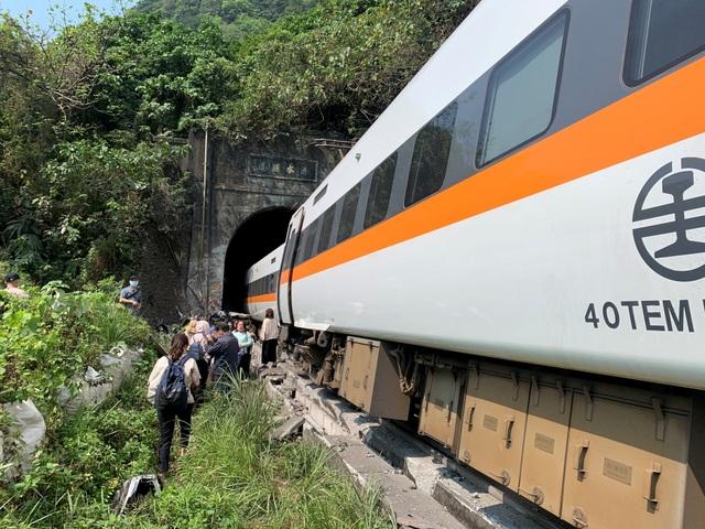 Hiện trường thảm họa đường sắt khiến 48 người chết ở Đài Loan - 1