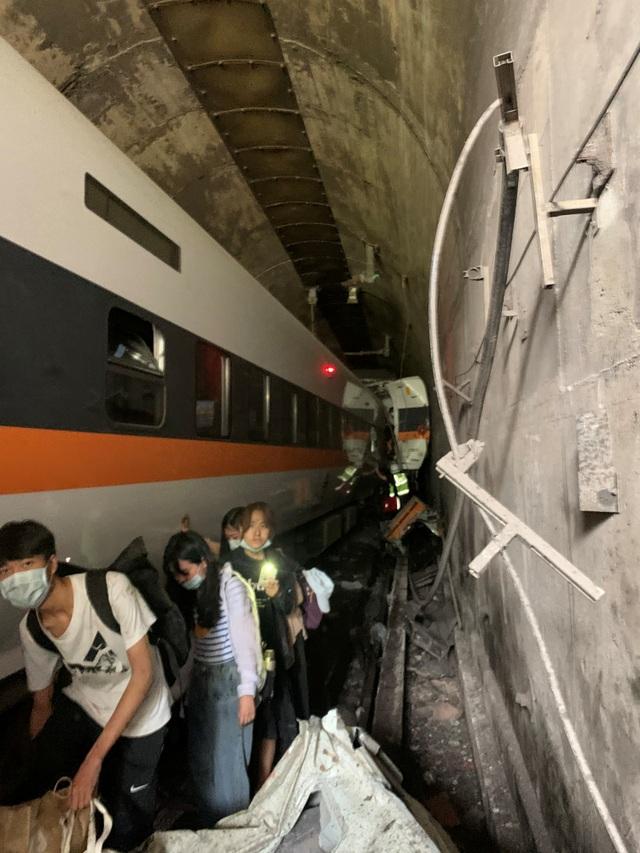 Hiện trường thảm họa đường sắt khiến 48 người chết ở Đài Loan - 3