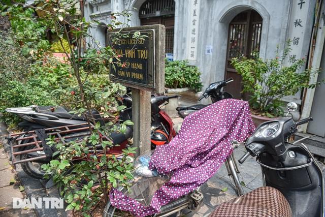 Ngán ngẩm cảnh bãi gửi xe, quán nước chè sống tầm gửi tại di tích phố cổ - 9