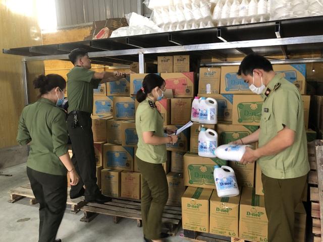 Cận cảnh cơ sở sản xuất nước giặt Thái Lan giả mạo quy mô lớn tại Hà Nội - 1