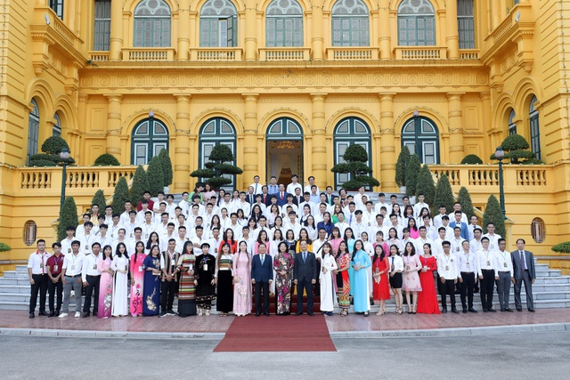 Tổ chức tuyên dương học sinh, sinh viên trường nghề xuất sắc năm 2021 - 1