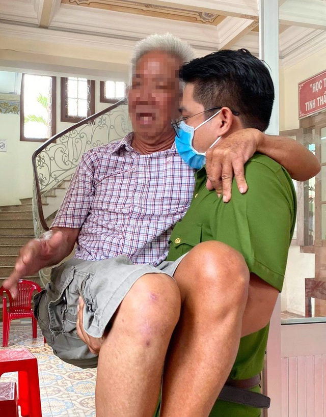 Chiến sĩ công an bế cụ ông khuyết tật khi đến làm căn cước công dân - 1