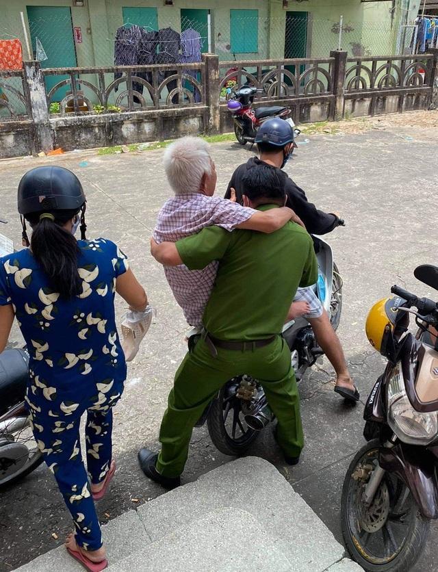 Chiến sĩ công an bế cụ ông khuyết tật khi đến làm căn cước công dân - 3
