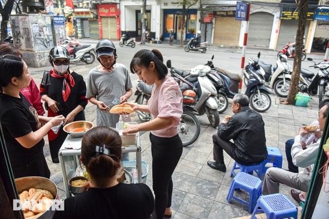 Surprisingly delicious 10 thousand dong specialties in Hanoi - 1