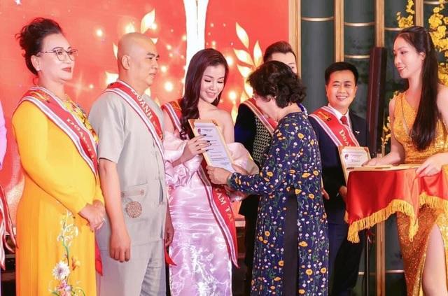 Doanh nhân Xuân Thanh nhận cúp vinh danh Bông Hồng Vàng Asean - 1