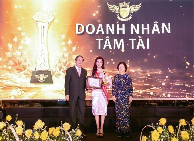 Doanh nhân Xuân Thanh nhận cúp vinh danh Bông Hồng Vàng Asean - 2