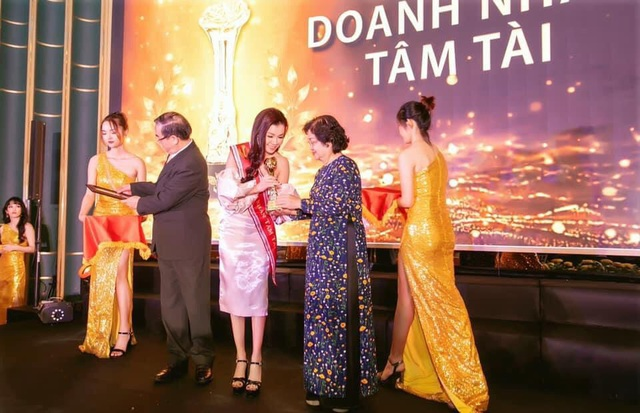 Doanh nhân Xuân Thanh nhận cúp vinh danh Bông Hồng Vàng Asean - 3