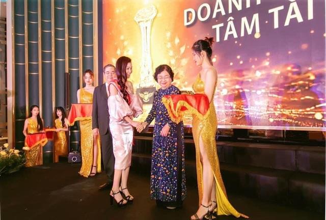 Doanh nhân Xuân Thanh nhận cúp vinh danh Bông Hồng Vàng Asean - 4
