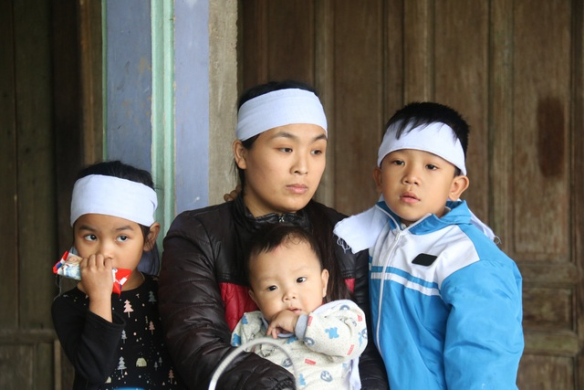 Xót xa cảnh 3 đứa trẻ mồ côi bên người mẹ gồng mình chăm ông nội nằm liệt - 1