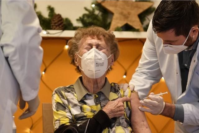 Đức, Hà Lan dừng tiêm vắc xin AstraZeneca cho người dưới 60 tuổi - 1