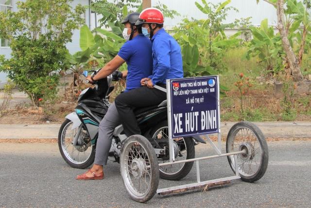 Phó Bí thư xã Đoàn làm xe hút đinh, tuyên truyền an toàn giao thông - 1