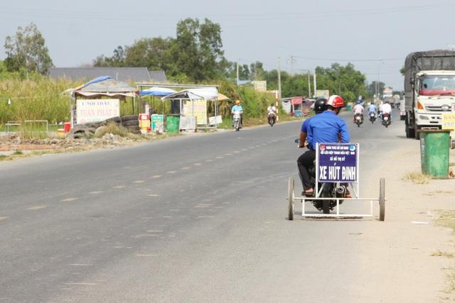 Phó Bí thư xã Đoàn làm xe hút đinh, tuyên truyền an toàn giao thông - 3